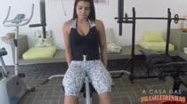 Aline fica peladinha durante treino na academia