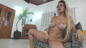 Chat de sexo com a deliciosa Mia Linz se masturbando