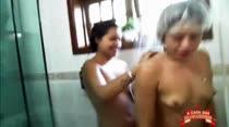 Gostosas tomam banho juntinhas