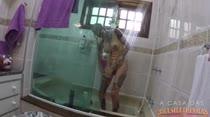Syang começa suas atividades com um banho sensual