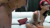 Junto da amiguinha tatuada, Barbara Costa fala com os fãs no chat