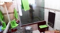 Loira gostosa tomando banho e lavando sua bucetinha e seu cuzinho