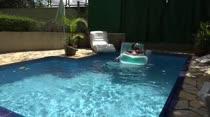 Hora de relaxar na piscina da Casa
