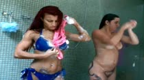Gostosas dividem chuveiro da Casa das Brasileirinhas, em banho sensual