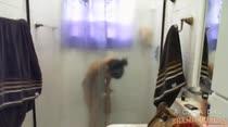 Confira nossa gata se depilando embaixo do chuveiro, buceta lisinha