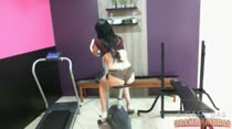 Evelin Sin abrindo as pernas na academia da casa