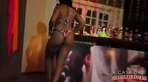 Rebecca Santos rebola enquanto dança funk no Pole Dance