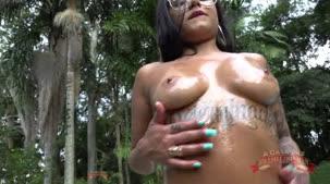 Toda lambuzada de óleo Amanda Souza sensualiza na casa