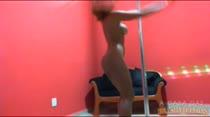 A morena Cappuccini mostra que entende do Pole Dance!