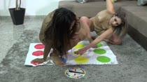 Elas brincaram de Twister na Casa das Brasileirinhas