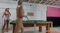 Strip snooker! Elas jogam sinuca e tiram a roupa