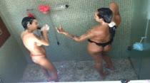 Babi Ventura e Milena Santos tomam banho juntas, em vídeo pornô