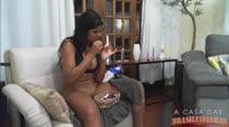 Atriz Pornô Juliana   Pintando as Unhas   A Casa das Brasileiras