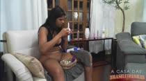 Atriz Pornô Juliana | Pintando as Unhas | A Casa das Brasileiras