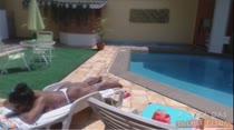 Ana Júlia toma sol pelada na beira da piscina!