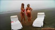Safadas pagando peitinho e tirando a roupa ao vivo na praia!