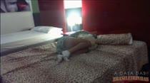 Agarrada com o travesseiro, veja o vídeo de Cappuccini dormindo