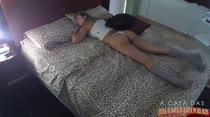 Garota dormindo e acordando com a bundinha pra cima na cama