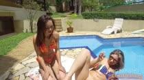 Gostosas aproveitam sol para de depilarem à beira da piscina