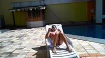 Graziella Ferrari passou a manhã tomando sol na piscina, confira!