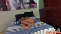 Barbie dormindo peladinha na cama da Casa das Brasileirinhas, gostosa demais