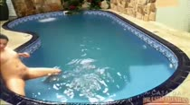 Moreninha fica nua e nada na piscina da Casa das Brasileirinhas