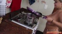 Cibelle Mancini se lambuza de leite condensado no CUzinha Master