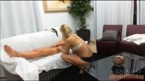 Muita sensualidade na hora da massagem com Cris e Gaby