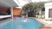 Mel relaxa na piscina da Casa das Brasileirinhas