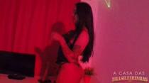 De lingerie azul, morena faz show erótico