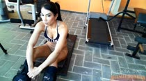 Rebeca Rios malhando peladinha na academia. Muito tesão!