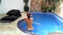 Alessandra Fadyla nadando peladinha na piscina, confira