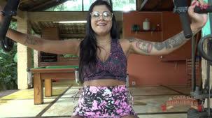 Gostosa na academia, Amanda Souza malha peladinha. A safada anda na bicicleta com a buceta nua