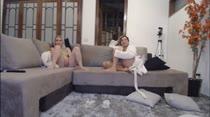 Gostosas tocam siririca vendo filme pornô