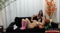 Bruna e Aline fazem putarias juntas!