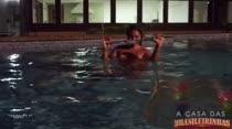 Monique Lopes fica com calor e cai na piscina a noite