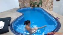 Nadando peladinha e gostosa, Melissa Pitanga relaxa na casa