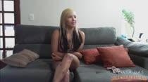 Penélope Mendes faz um chat com os internautas e fica peladinha ao vivo