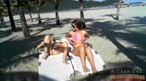 Na praia elas não pagam peitinho, as safadas pagam bucetinha!