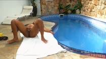 Tocando siririca à beira da piscina, Cris Lira só quer saber de gozar