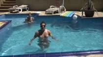 Sara Beaumont e Laura Matrix vão curtir a piscina da Casa