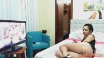 Sandy Cortez assiste filme porno e adora