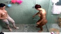 Gostosas depilam bucetinhas no chuveiro das Brasileirinhas