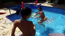 Joyce Jacomelli treina na beira da piscina, usando um micro biquíni