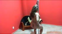 Bia tira seu vestido de bolinha amarelinho e cai no pole dance!
