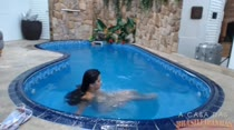 Cristine Castelary relaxando peladinha na hidromassagem
